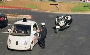 Une Google Car arrêtée pour une excès de lenteur en Californie, le 12 novembre 2015.