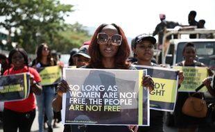 Une manifestation contre des violences policières faites aux femmes lors d'un raid dans une boîte de nuit en avril dernier, Abuja, le 10 mai 2019.