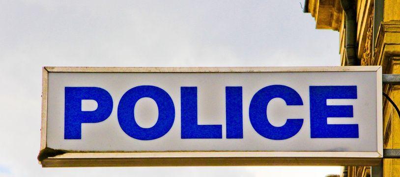 Une enseigne de police. (illustration)