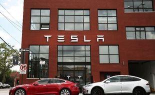 Des véhicules Tesla devant le showroom de la marque à New York