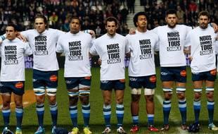 Les joueurs de Castres portent un maillot de soutien aux victimes de la tuerie de Charlie Hebdo le vendredi 9 janvier 2015.