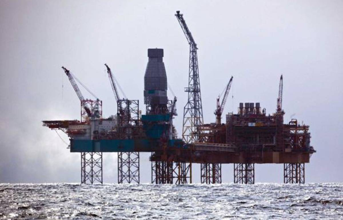 La plateforme de Total en mer du Nord, au large de l'Ecosse, le 3 avril 2012. – JOERG MODROW/GREENPEACE INTERNATIONAL/SIPA