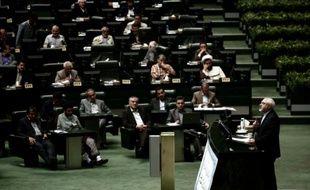 Le ministre iranien des Affaires étrangères Mohammad Javad Zarif défend l'accord sur le nucléaire au Parlement de Téhéran, le 21 juillet 2015