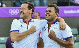 Jo-Wilfried Tsonga et Michaël Llodra se sont qualifiés pour la finale du double messieurs du tournoi olympique de tennis grâce à leur victoire en trois sets 6-3, 4-6, 18-16 sur les Espagnols David Ferrer et Feliciano Lopez, vendredi sur le gazon de Wimbledon.