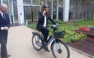 La présidente de la région Ile-de-France Valérie Pécresse et le PDG de La Poste Philippe Wahl ont lancé les nouveaux vélos.