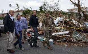 Donald Trump inspecte les dégâts de l'ouragan Maria à Porto Rico, le 3 octobre 2017.