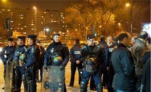 Malgré le couvre-feu levé vendredi matin et les 170 policiers déployés dans les deux villes (en h.), la vie reprend son cours à Asnières et Gennevilliers (en b.).
