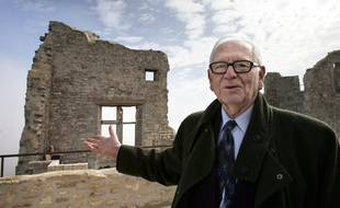 Pierre Cardin en 2007 au château du Marquis de Sade dont il était le propriétaire depuis 2001, à Lacoste dans le Lubéron.