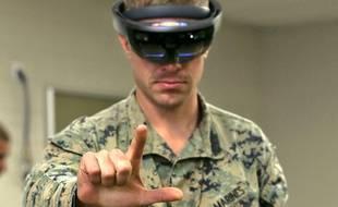 Un soldat américain teste la casque HoloLens de Microsoft, en 2017.