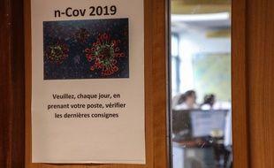 Une note concernant le coronavirus du Covid-19. Ici à l'hôpital Necker, à Paris.