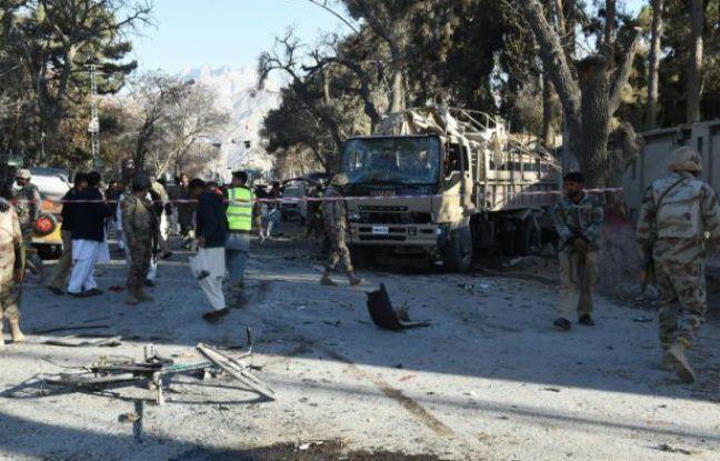 Des soldats pakistanais sur les lieux d'un attentat à la bombe à Quetta, le 6 février 2016