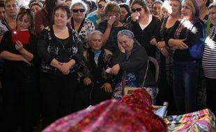 Des familles et proches lors des funérailles de l'Israélien Reuven Aviram, tué lors d'une attaque à Tel-Aviv, le 20 novembre 2015