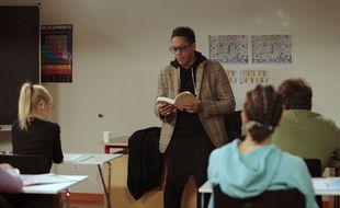 JoeyStarr incarne un prof de français dans la série « Le Remplaçant ». .