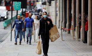 Une femme porte un masque dans les rues de Londres, au Royaume-Uni.