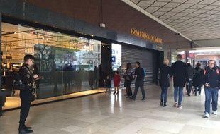 Les Galeries Lafayette ont baissé le rideau à la mi-journée, le 14 novembre 2015 au lendemain des attentats à Paris.