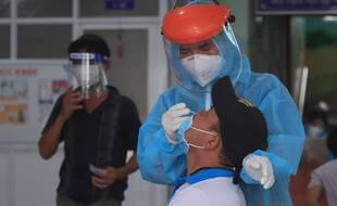 Un homme se fait tester dans la ville de Vung Tau, au Vietnam, le samedi 21 août 2021.
