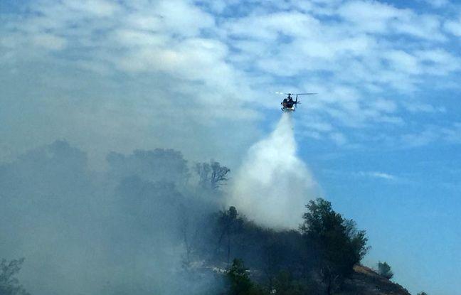 Un hélicoptère bombardier d'eau est sur place