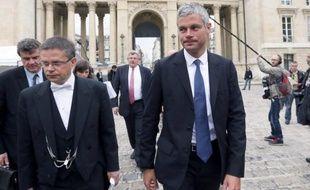 """L'ex-ministre UMP Laurent Wauquiez, interrogé mercredi sur la nécessité de bloquer ou non le prix croissant de l'essence, a demandé au gouvernement de """"cesser de tergiverser"""" et d'être aussi prompt que quand il fait """"la poche des Français""""."""