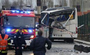Accident entre un minibus scolaire et un poids lourd le 11 février 2016 près de Rochefort