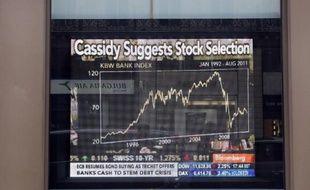Photo prise le 4 août 2011 à Paris d'un écran boursier Bloomberg