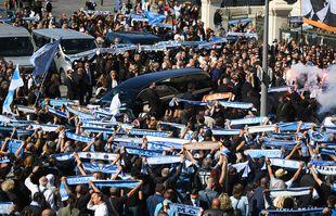 Des supporters de l'OM entourent le fourgon funéraire transportant le cercueil de Bernard Tapie à la cathédrale Major de Marseille, le 8 octobre 2021.