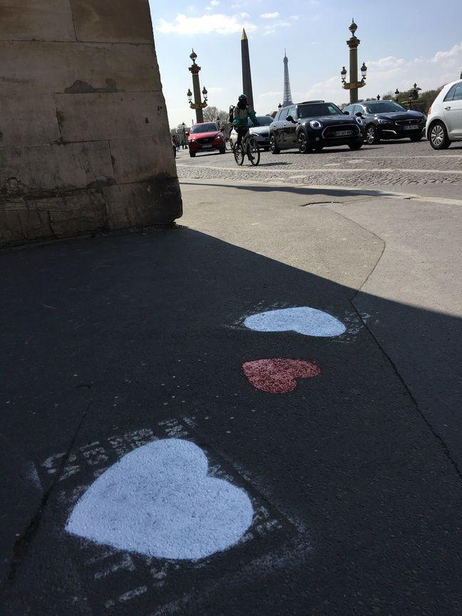 Depuis septembre 2018, le collectif Pochoir pour tous a recouvert avec des cœurs, plus de 1.500 graffitis haineux et homophobes dans les rues de Paris.