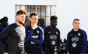 Benoît Costil (à g.) avec ses partenaires de l'équipe de France Laurent Koscielny, Samuel Umtiti et Lucas Digne.