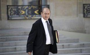 Le ministre français de la Défense Jean-Yves Le Drian quitte le Palais de l'Elysée, à Paris, après une réunion de cabinet le 9 avril