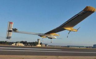 Après un premier échec la semaine dernière, l'avion solaire suisse Solar Impulse effectuait jeudi une nouvelle tentative pour relier Rabat à Ouarzazate, dans le sud marocain, un vol à hauts risques en raison du climat quasi-désertique.