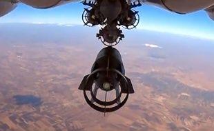 Un avion russe lache une bombe sur la Syrie, capture d'écran d'une vidéo réalisée le 5 octobre 2015