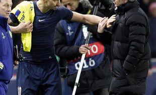 Zlatan Ibrahimovic et José Mourinho lors de Chelsea-PSG en Ligue des champions, le 17 février 2015.