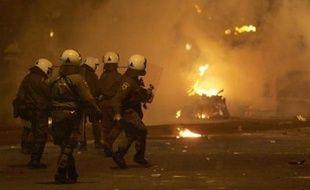 Après quatre jours d'émeutes qui ont plongé la Grèce dans la crise sociale et politique, le pays était confronté mercredi à une grève générale prévue de longue date, faisant craindre de nouvelles violences alors que des milliers de manifestants se rassemblaient à Athènes