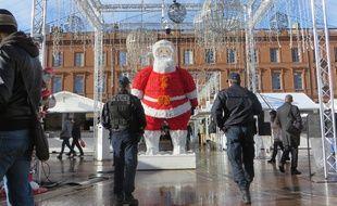 Le marché de Noël et le centre-ville de Toulouse sont particulièrement surveillés par la police, la police municipale et les militaires de Sentinelle.