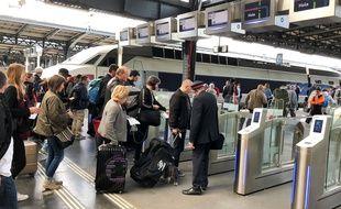 Des voyageurs embarquent à gare de l'Est, à Paris (Illustration).