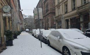 La neige recouvre ce dimanche matin les rues de Strasbourg.