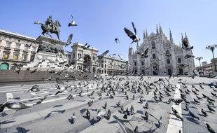 Des pigeons prennent possession de la place Duomo à Milan, le 5 avril 2020.