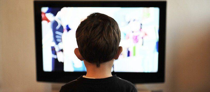 Les enfants des classes sociales plus défavorisées ont passé plus de temps devant les écrans pendant le confinement.