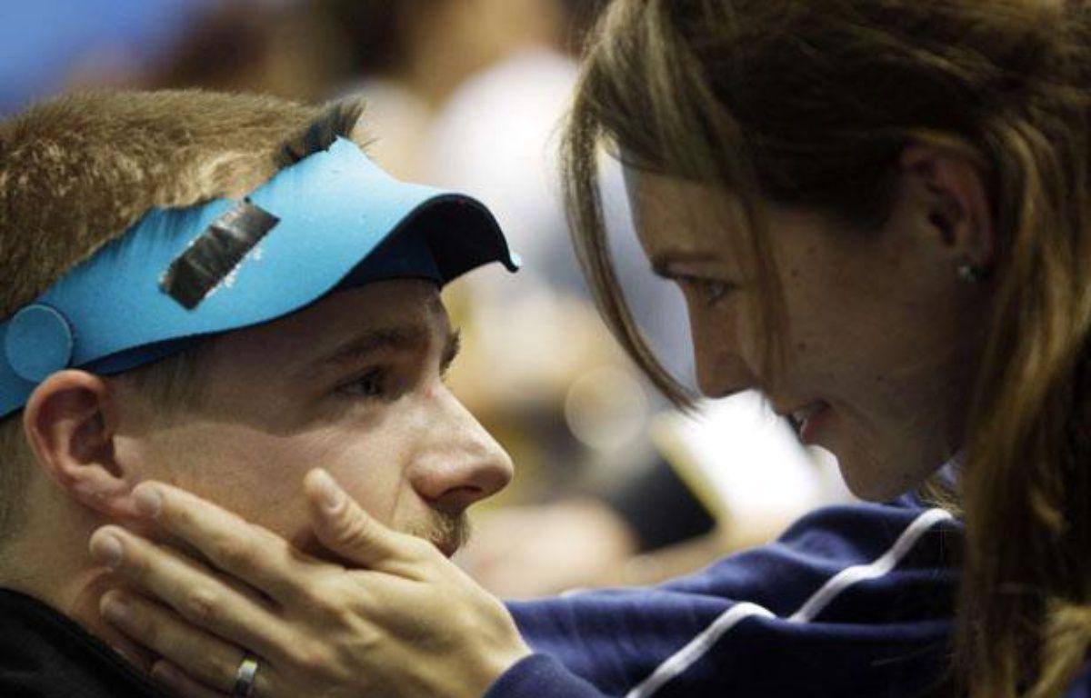 Matthew Emmons consolé par sa femme Katarina après son échec aux Jeux de Pékin le 17 août 2008 – S.Ponomarev/SIPA
