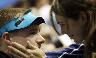 Matthew Emmons consolé par sa femme Katarina après son échec aux Jeux de Pékin le 17 août 2008