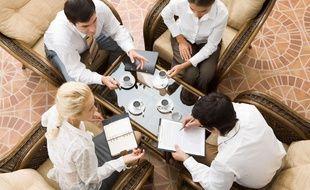 Scène de travail en milieu professionnel. Image d'illustration.