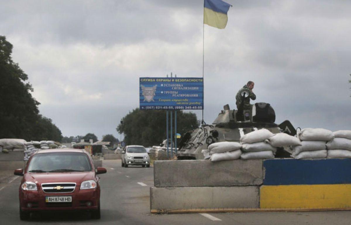 Les forces ukrainiennes gardent un check-point à l'Est du pays, le 28 août 2014. – Sergei Grits/AP/SIPA