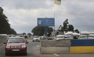 Les forces ukrainiennes gardent un check-point à l'Est du pays, le 28 août 2014.