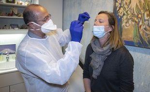 Illustration d'un généraliste réalisant un test antigénique dans son cabinet.