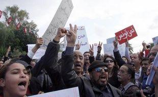 Des centaines de Tunisiens se sont rassemblés, mercredi, devant le siège de l'Assemblée Constituante élue le 23 octobre pour demander un meilleur équilibre des pouvoirs et dénoncer un projet présenté par le parti islamiste Ennahda, ont constaté des journalistes de l'AFP.
