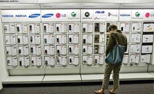 Les téléphones mobiles et les smartphones sont les objets high-tech les plus offerts.