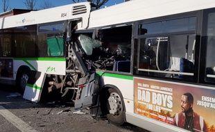Trois bus sont entrés en collision, lundi midi