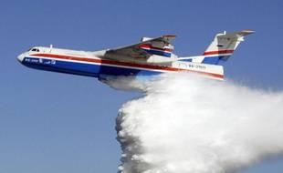 """Les pilotes de bombardiers d'eau de la base de Marignane (Bouches-du-Rhône), se disant """"inquiets quant à l'avenir de leur outil de travail"""", une flotte de 23 avions spécialisés dans la prévention et la lutte contre les feux de forêt, menacent de se mettre en grève à partir de dimanche."""