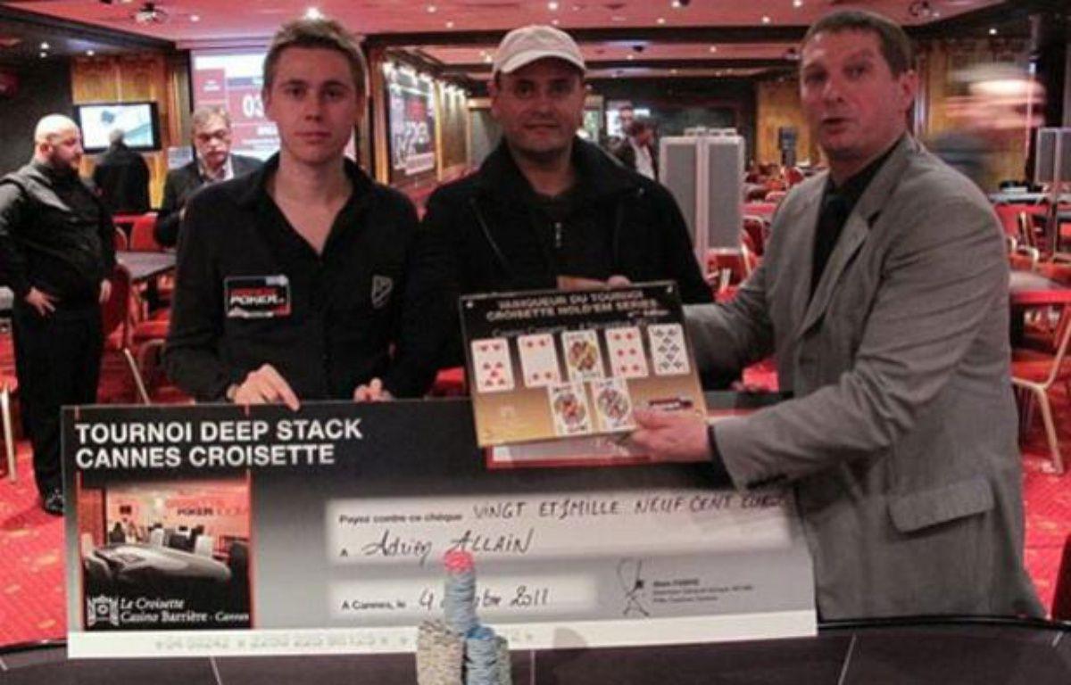 Adrien Allain (à gauche) a remporté pour la deuxième fois consécutive le Cannes Croisette Hold em poker series – barrière poker
