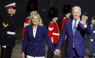 Le président américain Joe Biden, accompagné de sa femme Jill Biden, à son arrivée en Grande-Bretagne le 9 juin 2021.