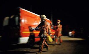 Des spéléologues secouristes s'apprêtent à partir à la recherche de spéléologues portés disparus dans un gouffre